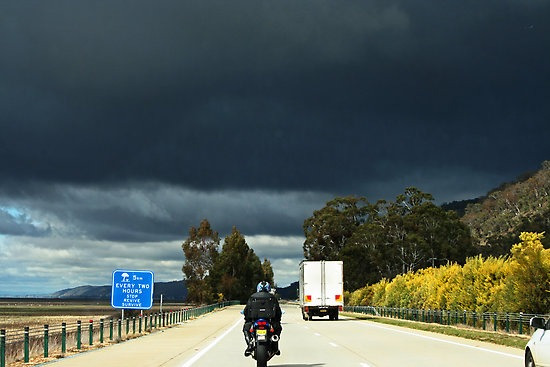 Como pilotar moto na chuva?