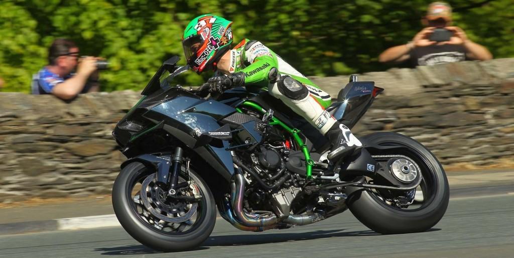 James Hillier acelerando H2R no Isle of Man TT